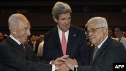 Sekretari amerikan John Kerry shtrëngon duart me presidentin izraelit Shimon Peres(majtas) dhe presidenitn e Autoritetit Palestinez, Mahmud Abas, 26 maj, 2013
