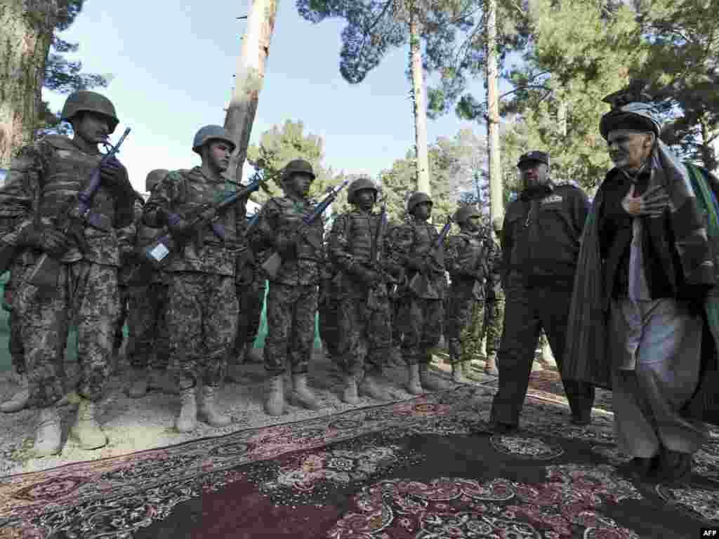 Ашраф Гани Ахмадзай, глава Переходной миссии обходит военный караул в провинции Бадгис.