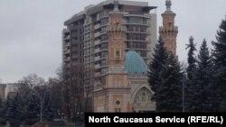 Элитная многоэтажка на набережной Терека во Владикавказе заслонила историческую Суннитскую мечеть