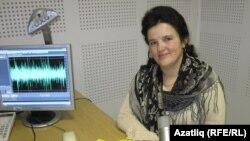 """Язучы Алсу Нәҗми """"Азатлык"""" студиясендә, 2010 ел."""