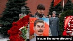 Історики і критики Кремля кажуть, що нинішня російська влада прагне применшити злочини Сталіна
