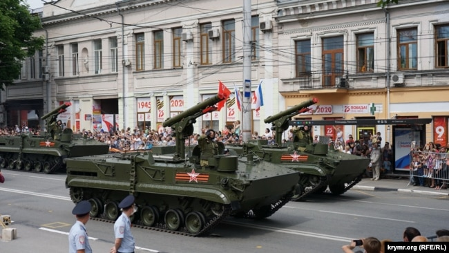 Российский противотанковый комплекс «Хризантема» на военном параде в Симферополе, 24 июня 2020 год
