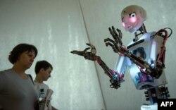 Российский робот RoboThespian умеет поддерживать беседу с человеком