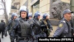 Ադրբեջանի ոստիկանությունը հանրային ընդվզման հերթական փորձը ճնշելիս, արխիվ