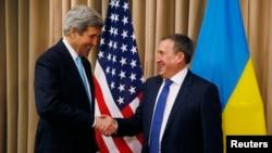 Керівники зовнішньополітичних відомств України і США, Андрій Дещиця (праворуч) і Джон Керрі, 17 квітня 2014 року