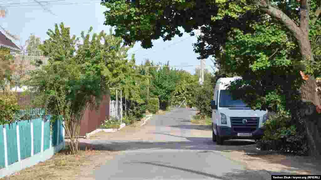 Эта сельская улица названа в честь младшего лейтенанта Владислава Шкребко, родом из города Саки. Он был ранен в боях за Севастополь в 1944 году, доставлен в медсанбат в тогдашнее село Аджи-Булат, где и умер