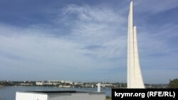 Вид на обелиск «Штык и парус»