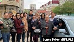 Близкие Алтынбека Орынтайулы возле изолятора ожидают его освобождения, 14 мая 2019 года.