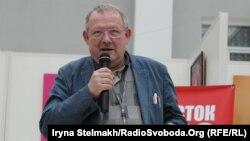 Адам Міхнік під час лекції у музеї Тараса Шевченка, 11 березня 2015 року