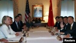 Қытайдың сыртқы істер министрі Ян Цзечи (оң жақта) мен Қытай делегациясының өкілдерімен АҚШ мемлекеттік хатшысы Хиллари Клинтон (сол жақ шетте) кездесіп отыр. АҚШ, Нью-Йорк, 20 қыркүйек 2010 жыл.