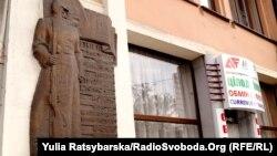 Пам'ятний знак на фасаді готелю «Асторія» на центральному проспекті Дмитра Яворницького