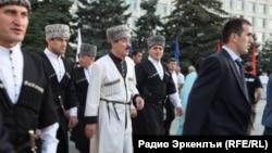 Инициатор различных массовых развлечений в Дагестана - глава региона Рамазан Абдулатипов (в центре) на очередном фестивале