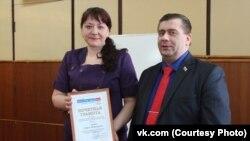 Ульяна Михайлова вручает Игорю Иванову профсоюзную грамоту