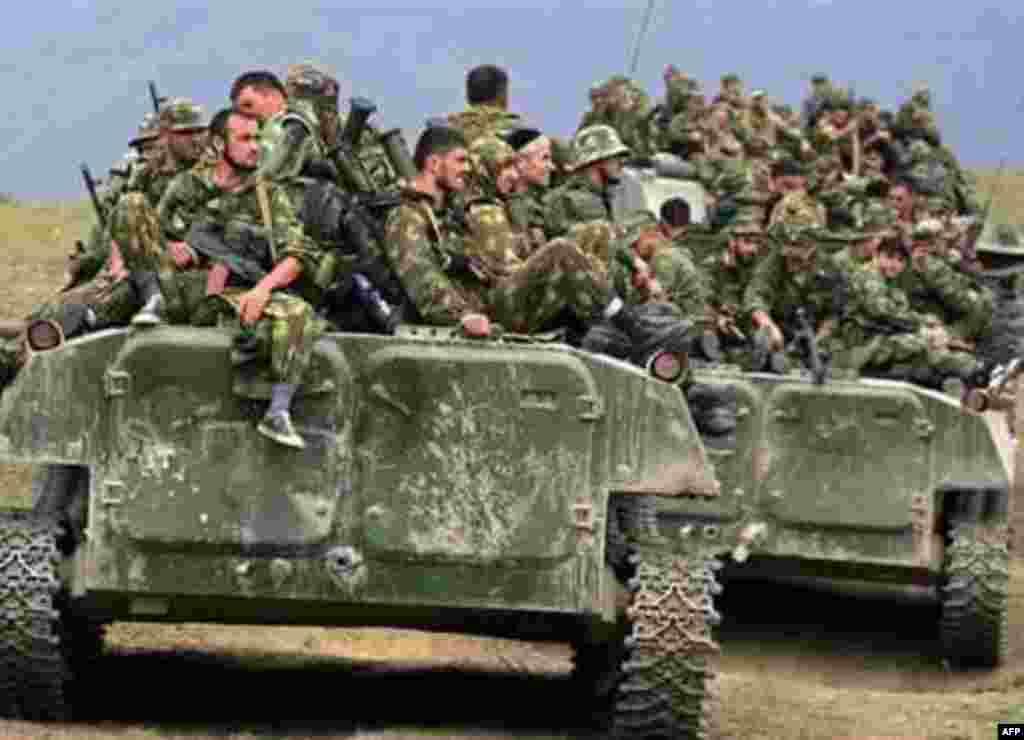 Російські війська неподалік міста Джава в Південній Осетії, 9 серпня - Russian troops sit on armoured personnel carriers in the South Ossetian town of Java on August 9, 2008.