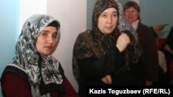 "Жены узбекских беженцев-мусульман Шахло Жалолова (слева) и Умида Азимова (справа) на съезде ОСДП ""Азат"". Алматы, 12 февраля 2011 года."