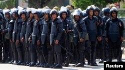 شرطة مكافحة الشغب المصرية تقف خارج جامعة القاهرة