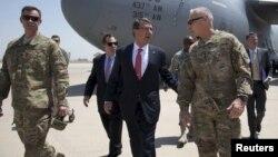 وزیر دفاع آمریکا در وسط تصویر