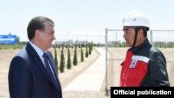 Президент Узбекистана Шавкат Мирзияев на Мингбулакском нефтяном месторождении в Намангане.