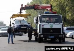 Дорожная полиция эвакуирует автомобиль. Алматы.
