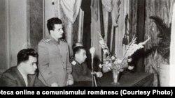 Ceaușescu s-a bizuit pe armată până la capăt. Aici acordă distincţii uteciştilor participanți la Consfătuirea pe armată a fruntaşilor în pregătirea de luptă şi politică. (1952) Fototeca online a comunismului românesc; cota:19/1952