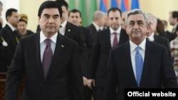 Armenia - President Serzh Sarkisian (R) and his Turkmen counterpart Gurbanguly Berdimuhamedov meet in Yerevan, 29Nov2012.
