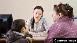 Бишкектеги юридикалык коштоо кызматынын мүчөсү эне-балага кеп-кеңешин берүүдө.