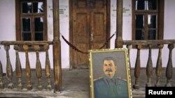 Мұражай-үйінің алдында тұрған Сталиннің суреті. Гори, 5 наурыз 2010 жыл.