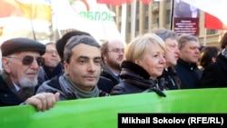 Лев Шлосберг (второй слева) на акции памяти Бориса Немцова в 2016 году
