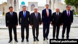Государственный секретарь США Джон Керри (третий справа) на встрече с министрами иностранных дел стран Центральной Азии. Самарканд, 3 ноября 2015 года.