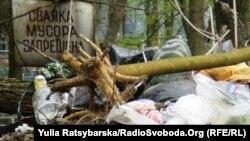 Територія Новоборгородицької фортеці, серпень 2010: охоронні таблички не допомагають