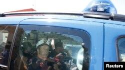 Rusiyalı azarkeşlər polis maşınında