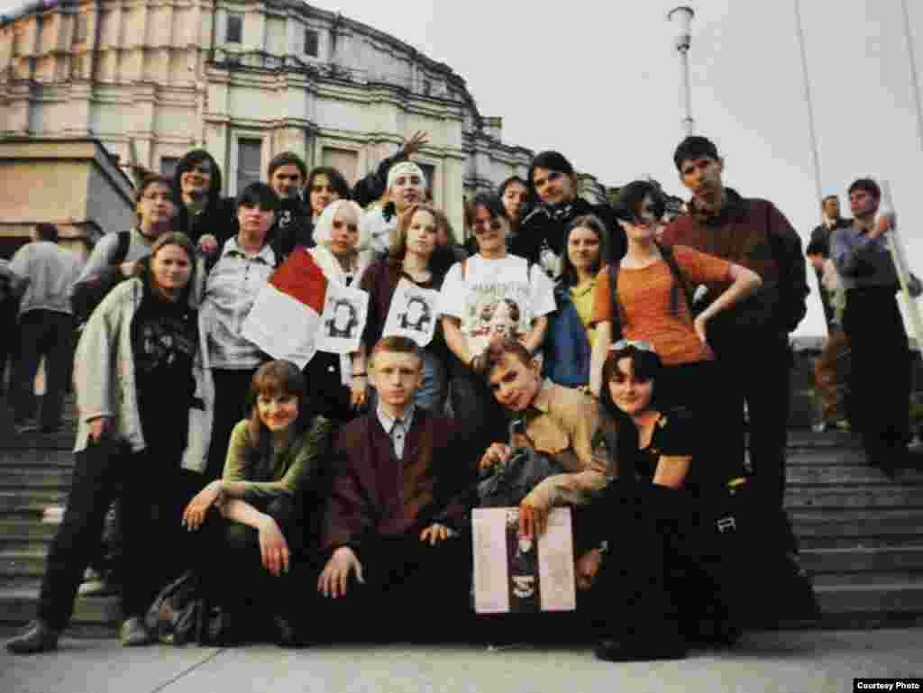 «Чарнобыльскі шлях – 1998». Акцыя ў падтрымку арыштаванага Паўла Севярынца. Будучаму лідэру БНФ Аляксею Янукевічу (другі зьлева ў першым шэрагу) тут 22 гады