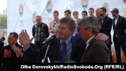 Після поєдинку у Дніпропетровську президент «Шахтаря» Рінат Ахметов (ліворуч) не міг бути задоволений діями команди Луческу