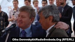 "Mircea Lucescu (sağda) və ""Shakhtar""ın prezidenti Rinat Ahmetov, Donetsk, 13 May 2011"