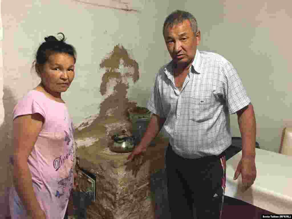 Соседи Артура, Орынбасар Ешманов и Айгуль Таскынбаева, живут в доме, которые тут называют землянкой. В таких домах нет природного газа, зимой они отапливаются простой печкой.