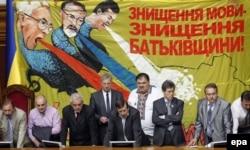 Депутати блокують засідання Верховної Ради, щоб не допустити ухвалення «мовного закону Ківалова-Колесніченка», Київ, 24 травня 2012 року