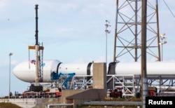Сотрудники Space X обследуют ракету Falcon-9 перед запуском