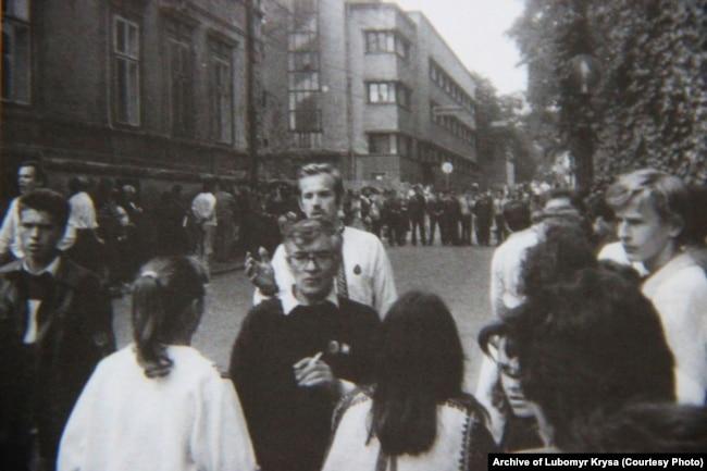 На задньому плані кордон міліції на одній з вулиць в Чернівцях під час фестивалю