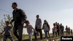 Толпы мигрантов c Ближнего Востока и из Африки бредут по землям Сербии в попытках добраться хотя бы до Венгрии. 3 сентября