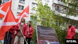 Member of the pro-Kremlin Nashi youth movement protest in front of Podrabinek's apartment building.