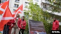"""Пикет движения """"Наши"""" у дома журналиста и правозащитника Александра Подрабинека, 29 сентября 2009"""