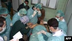 Медики надають допомогу пораненому внаслідок боїв у районі Алеппо, Сирія (архівне фото)