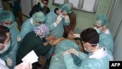 Хан ал-Ассалдагы чабуулда жабыркаган адамды медиктер карап жатышат. Дал ушул жердеги урушта химиялык курал колдонулганы айтылууда, 19-март, 2013
