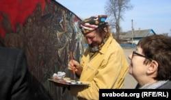 Алесь Пушкін з сваёй карцінай на плошчы ў Бабры, Дзень Волі — 2014