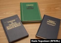 Мормон шіркеуіндегі кітаптар. Алматы, 23 қазан 2011 жыл.