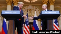 ABŞ prezidenti Donald Trump (solda) rusiyalı həmkarı Vladimir Putinlə mətbuat konfransında səsləndirdiyi bəzi bəyanatlardan geri çəkilib