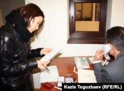 «Stan.tv» интернет бейнепорталының журналисі Жұлдыз Төлеуова Ақтау қалалық прокуратурасында тұр. Ақтау, 26 желтоқсан 2011 жыл. (Көрнекі сурет)