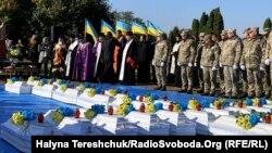 Поховання 29 жертв сталінського режиму 1941 року. Місто Дубно, Рівненщина, 8 жовтня 2019 року
