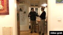 Австрійський волонтер Алекс Фолон приїхав подивитися на помешкання Надін, яка хоче взяти кота з білоруського Бреста
