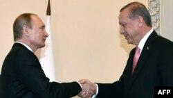 Ресей президенті Владимир Путин (сол жақта) мен Түркия президенті Тайып Ердоған Санкт-Петербургте кездесіп тұр. 9 тамыз 2016 жыл